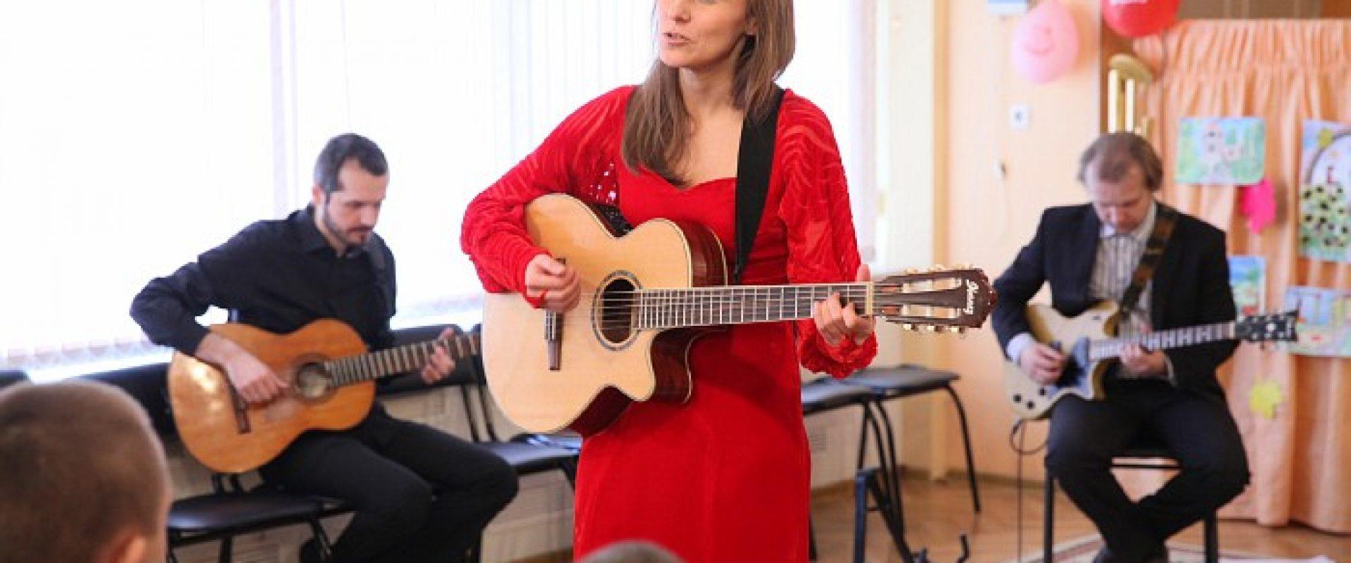 Игорь Лазарев, Мила Кириевская, волонтеры