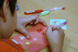 Волонтеры делают подарки в детском приюте