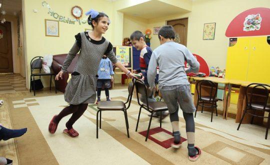 Волонтеры играют с детьми