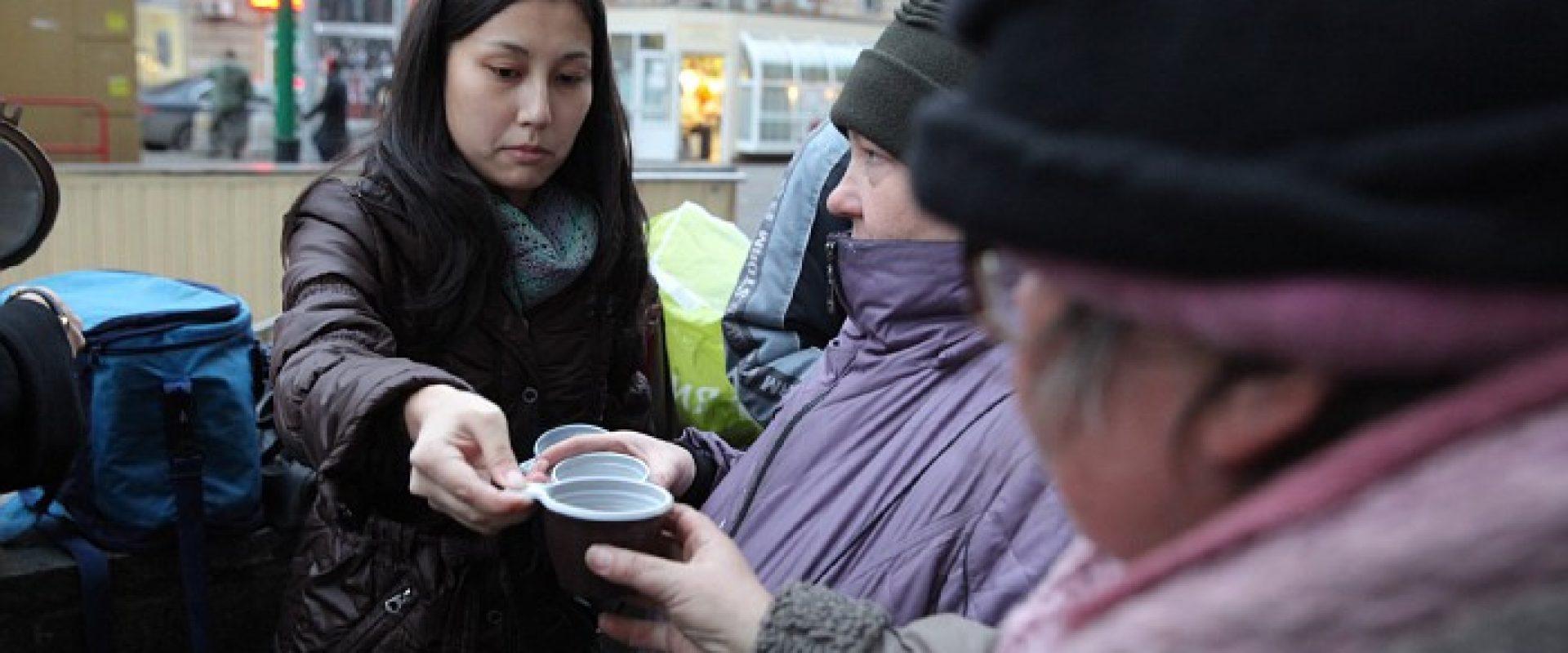 Волонтеры помогают бездомным