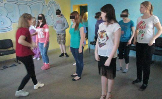 Волонтеры учат танцам