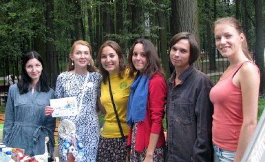 Волонтеры на благотворительном фестивале