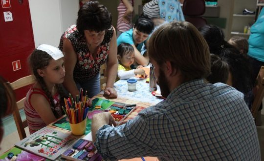 Волонтеры и родители детей в больнице