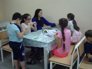 Волонтеры помогают детям в больнице