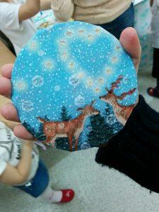 Волонтеры делают с детьми в больнице подарки