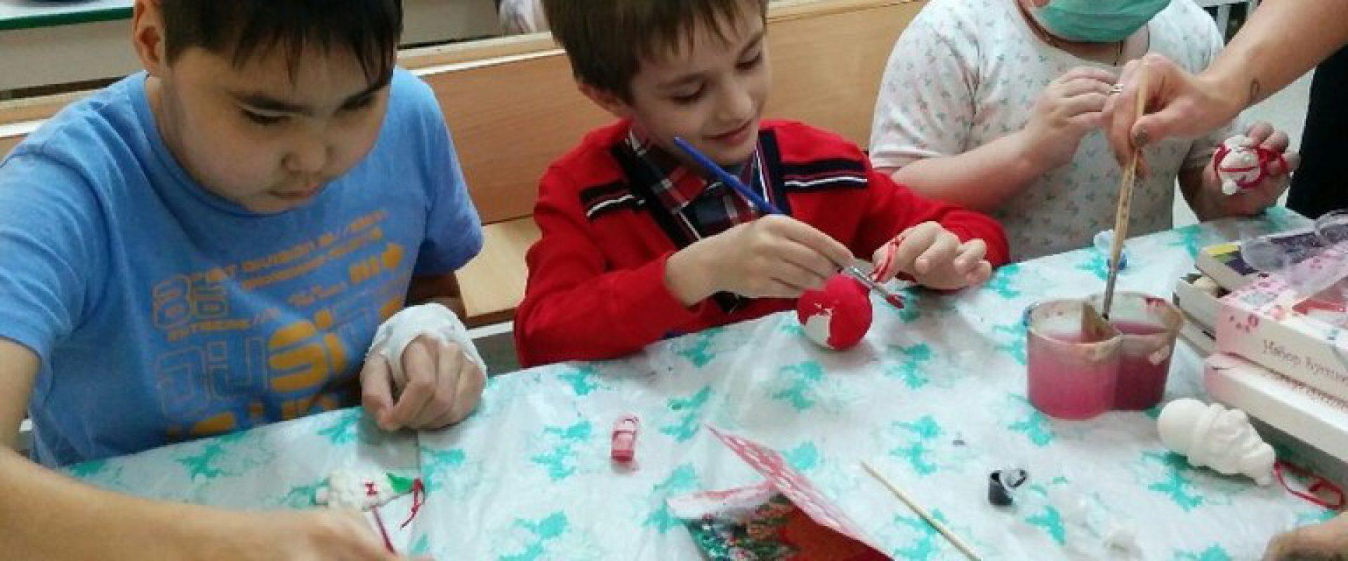Волонтеры посещают детей в больнице