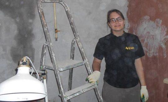 Анастасия Лямина у группы ремонтников